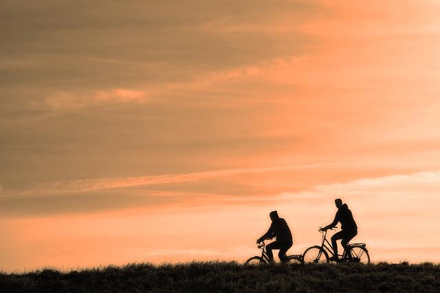 Le vélo est bon pour le cœur, abaisse la tension artérielle et aide à perdre les kilos en trop.